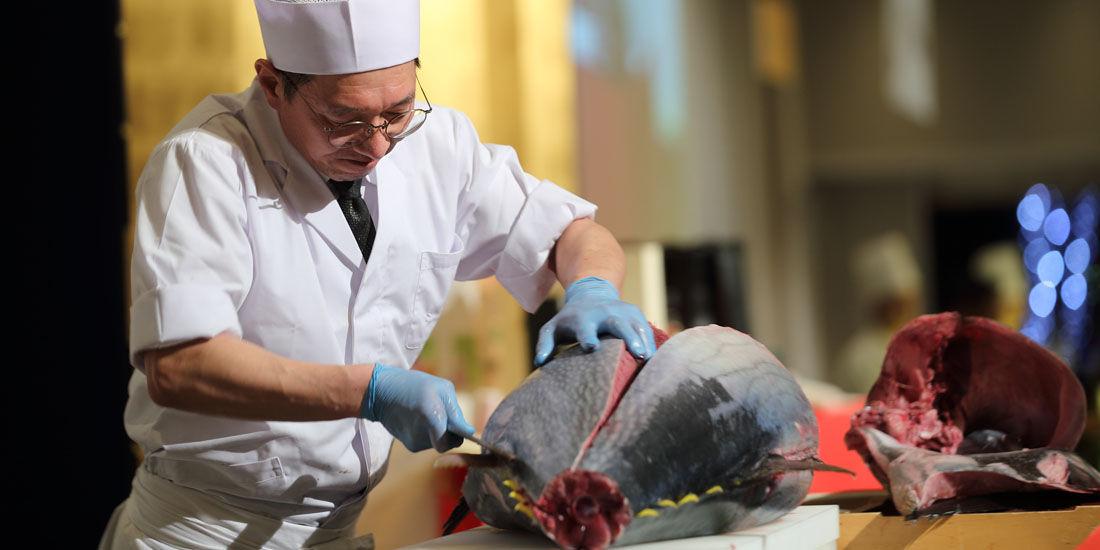 【11/1~12/29まで】生の天然本マグロが食べ放題! ライブ解体ショー開催