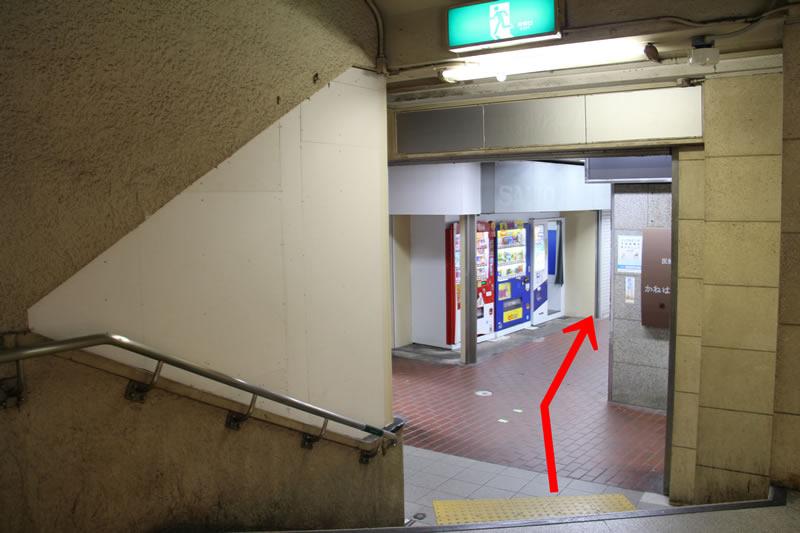 アクセス紹介 階段を下り、まっすぐ進む写真