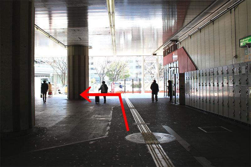 アクセス紹介 階段を下りるイメージ写真