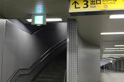 3番出口階段を上がる。