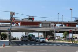 海岸ビルを越えて、京橋の交差点で右折する。