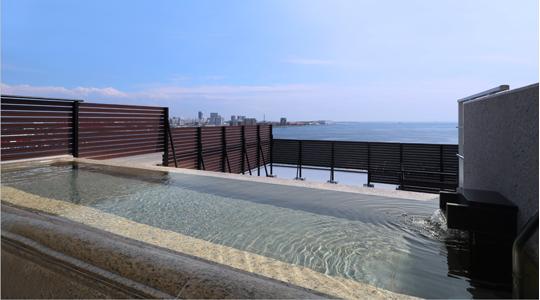 展望大浴場から一望できる神戸港の昼景