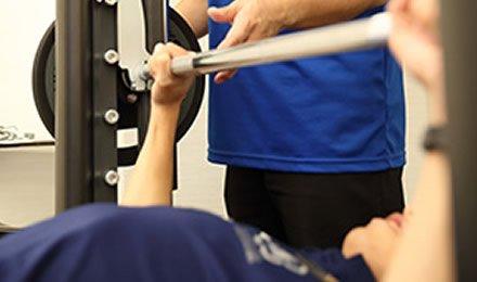 パーソナルトレーニングの指導を受けるイメージ