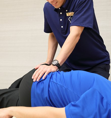 スタッフによるスポーツマッサージを受けるイメージ