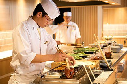 和食を調理するイメージ写真