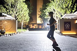 神戸みなと温泉 蓮の周りをランニングする女性イメージ