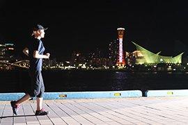 神戸の夜景を背景にランニングする女性イメージ