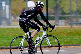 道を走る自転車のイメージ画像01