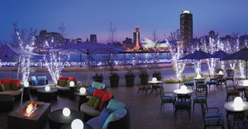 神戸港の夜景を背景に写真撮影