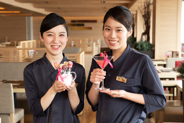 神戸みなと温泉 蓮 水蓮でご提供しているLOLLIPOPとWISHを持っている女性スタッフイメージ