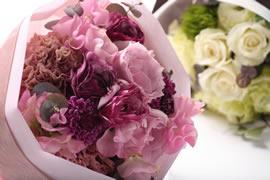 還暦祝いで渡される花束のイメージ