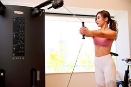 健康増施設でトレーニングをする女性イメージ