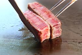神戸みなと温泉 蓮 水蓮神戸牛40gを調理しているイメージ