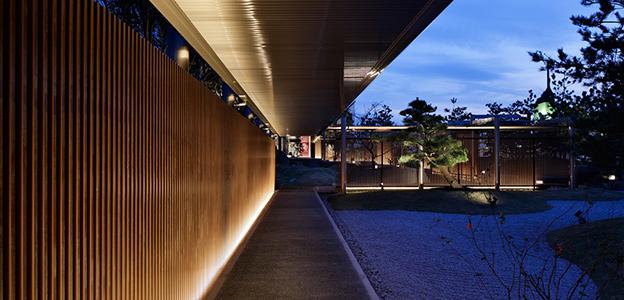 夜の日本庭園内にある庭園回廊
