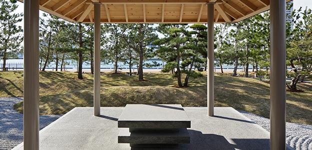 日本庭園内にある望海亭 海舟