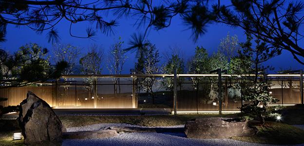 夜のライトアップされた日本庭園