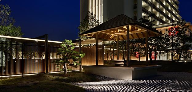 日本庭園内にある夜の望海亭 海舟