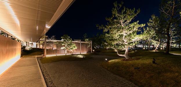 庭園回廊から見た夜の日本庭園