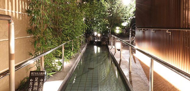 足踏みマッサージストーンを歩きながら露天風呂へと進む足湯回廊