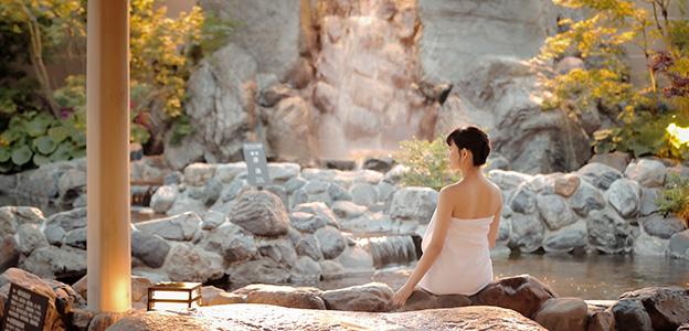 露天大浴場に佇む女性