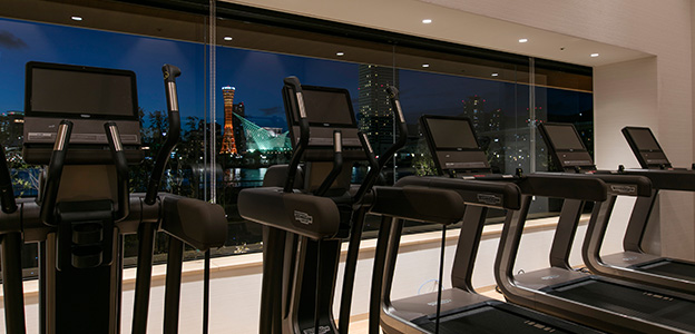 フィットネス・スタジオから見える神戸港の夜景
