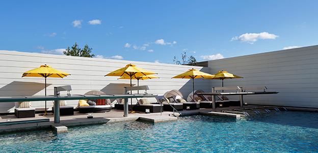 屋外温水プールのマッサージベッド、アクアシートなどの新感覚スペース