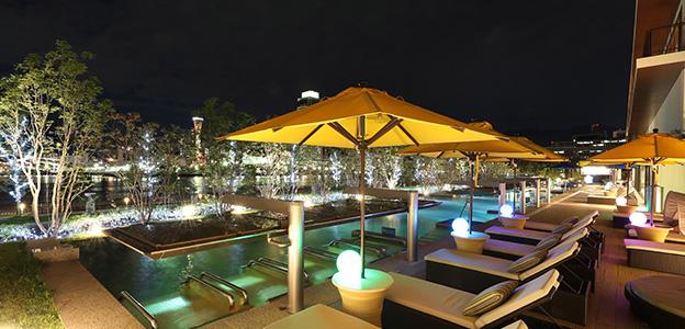 夜の屋外温水プール