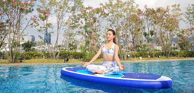 屋外温水プールで行うサップヨガ