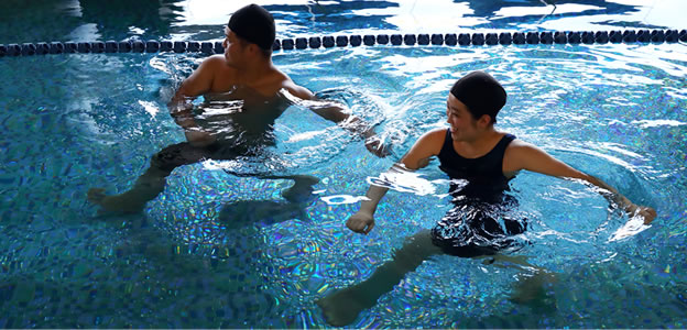 屋内フィットネスプールで行う水中ウォーキング