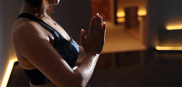 岩盤浴ホットヨガで汗を流す女性