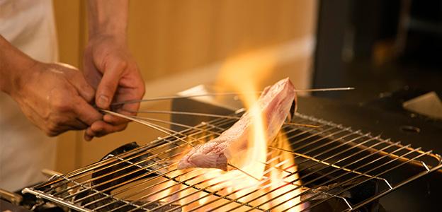 火で直接魚を炙る