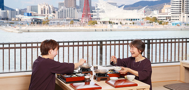 御食事処 水蓮で食事を楽しむシニア女性