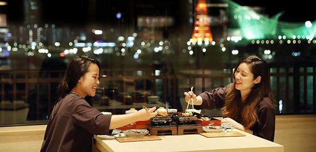 御食事処 水蓮で神戸ビーフの石焼きを楽しむ女性二人