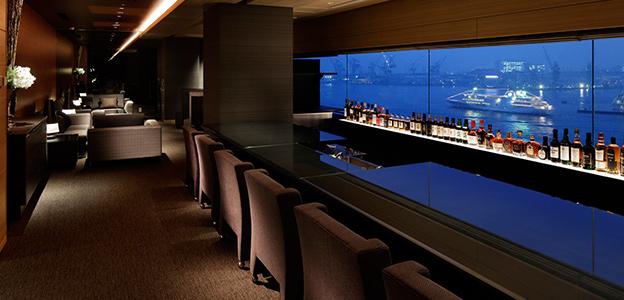 窓から客船が見える展望バーカウンター席