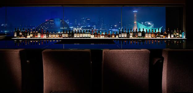 正面に神戸港の夜景を望む展望バーカウンター席