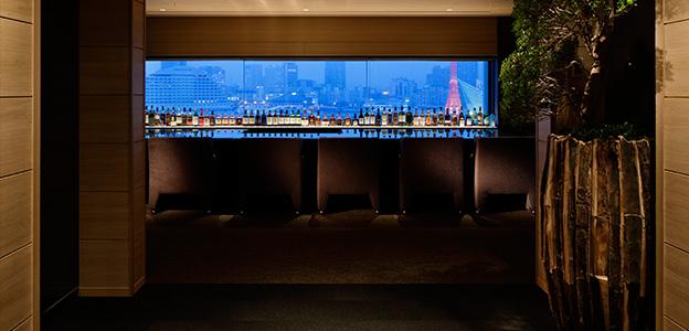 正面に薄暗くなり始めた神戸港を臨む展望バーカウンター席