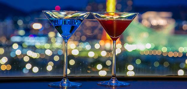 ロマンチックな夜景と赤と青のカクテル