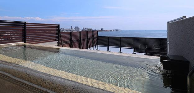 大海を眼前に腰かけていただけるよう設計された展望露天風呂
