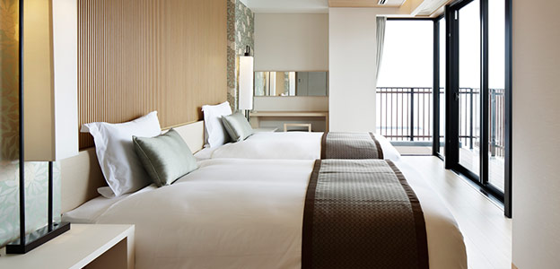 海に面した位置にある客室のベッド