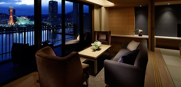 ソファで寛ぎながら神戸港が楽しめる客室スペース