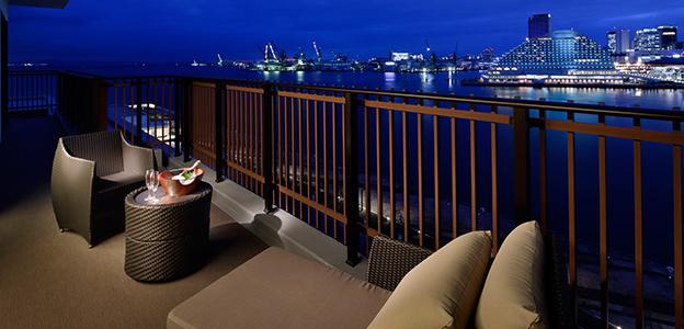 神戸港が眼前に広がる夜の客室バルコニー
