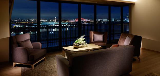 客室のガラス一面に広がる神戸の夜景