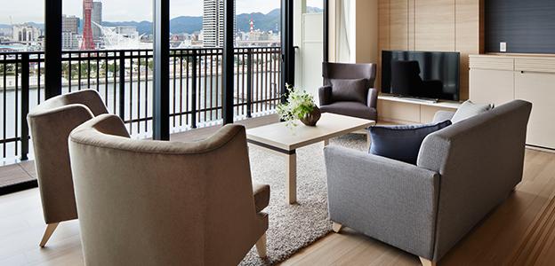 神戸の町並みを見渡せる明るい客室