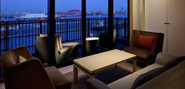 客室から見える暗くなり始めた神戸港の景色