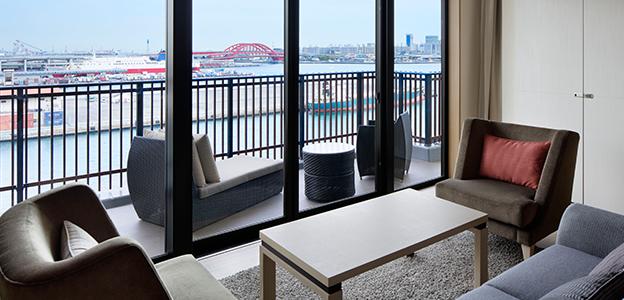 客室から見える昼の神戸港の景色