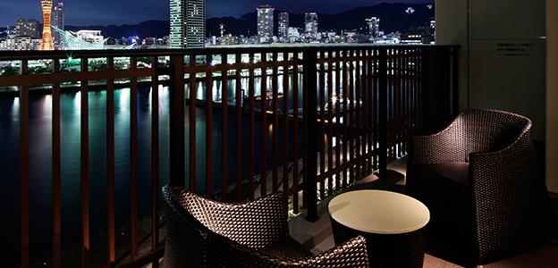 バルコニーの手すり越しに見える神戸の夜景