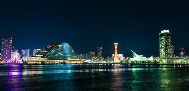 白銀に輝く神戸ハーバーランドの夜景