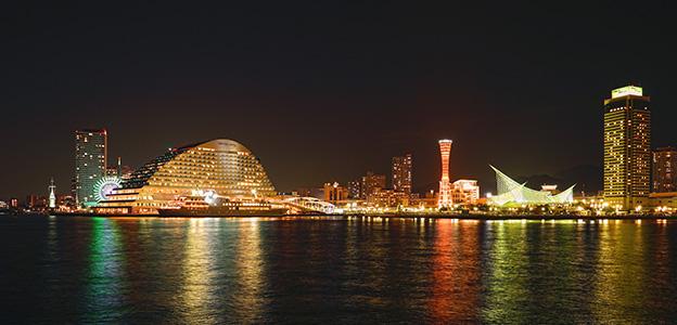 銀色に輝く神戸ハーバーランドの夜景