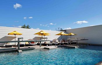 屋外温水プールの写真