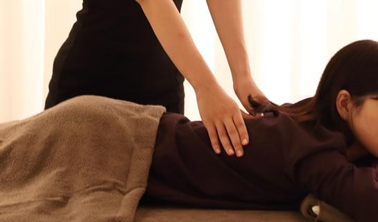 健康増進施術ルーム 美蓮でマッサージを受ける女性のイメージ